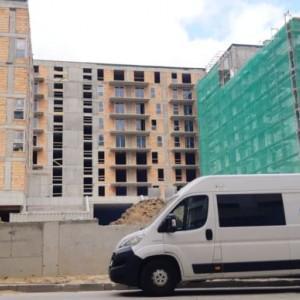 samochód Avent przed blokiem w trakcie budowy